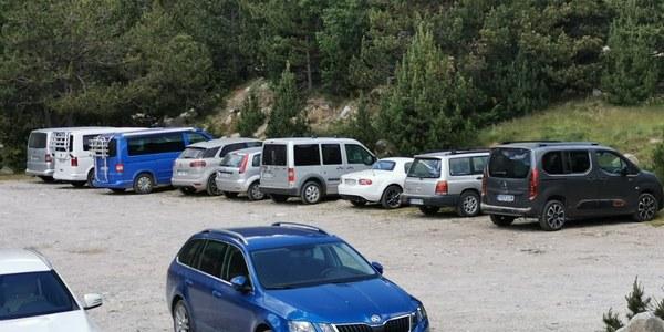 Cotxes aparcats a pistes forestals